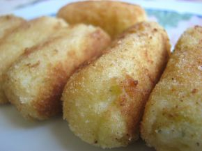 Крокети с крема сирене и месни рулца в доматен сос