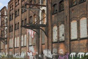 Колко далеч може да стигне човек, за да спаси от събаряне стара, но занемарена сграда?