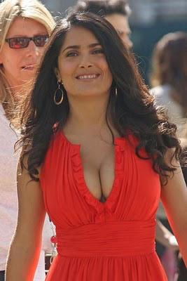 Салма Хайек предпочита рокли в червен цвят
