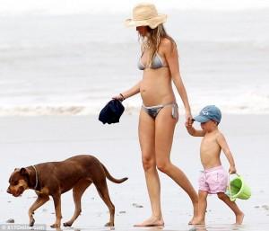 Жизел Бюдхен обикаля красивите плажове в компанията на малкия си син Бенджамин