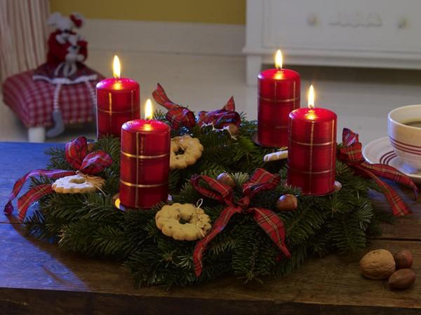 Прекрасна коледна украса със свещи (СНИМКИ)