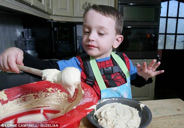 Той е на 5 години, прави уникални торти, но дори не може да ги опита!