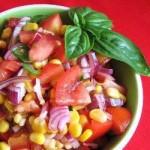Салата от домати, царевица и босилек