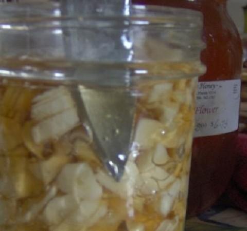 Пригответе си лечебен микс от чесън и мед